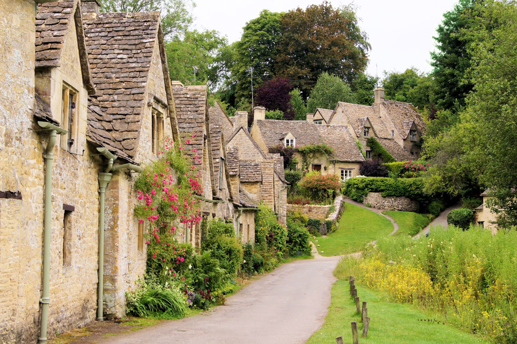 12107123-picturesque-old-stone-houses-of-arlington-row-in-the-village-of-bibury-england